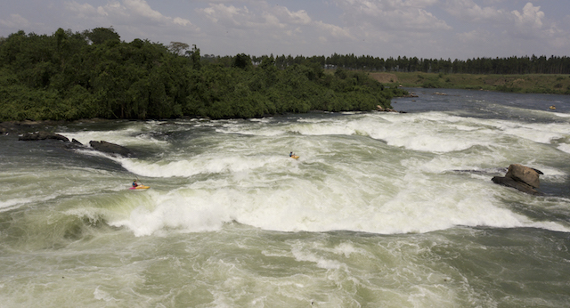 Bartosz Czauderma and Dan Griffith in the head to head race at the Nile River festival. ©Alex Neal/kayaksession.com